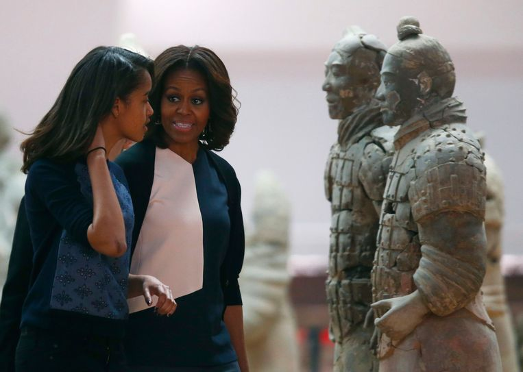 U.S. first lady Michelle Obama talks to her daughter Malia (L) as they visit the Museum of Qin Terracotta Warriors and Horses, in Xi'an, Shaanxi province, March 24, 2014. REUTERS/Petar Kujundzic (CHINA - Tags: POLITICS TRAVEL TPX IMAGES OF THE DAY) Beeld REUTERS