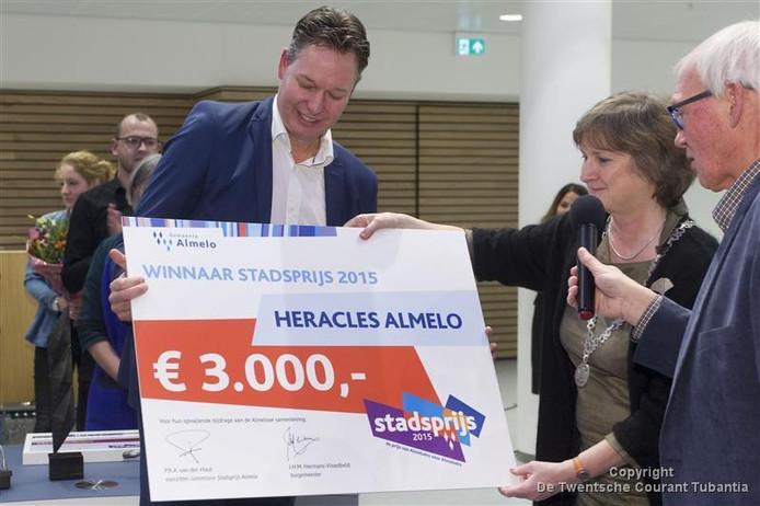 Burgemeester Jon Hermans overhandigt de stadsprijs aan Rob Toussaint van Heracles