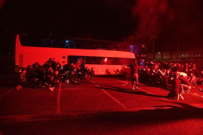 De spelersbus van Helmond Sport wordt door fans verwelkomt na de laatste uitwedstrijd tegen De Graafschap.