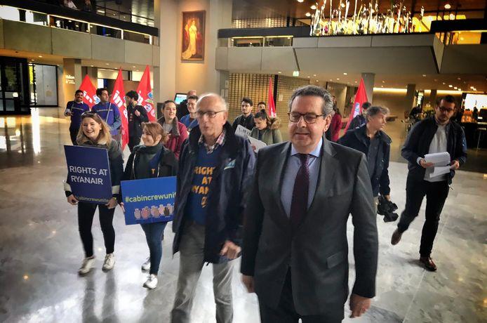 Bert Pauli ontvangt personeel van Ryanair dat in staking is op het provinciehuis.