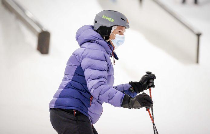 Wintersporters op de skibaan.