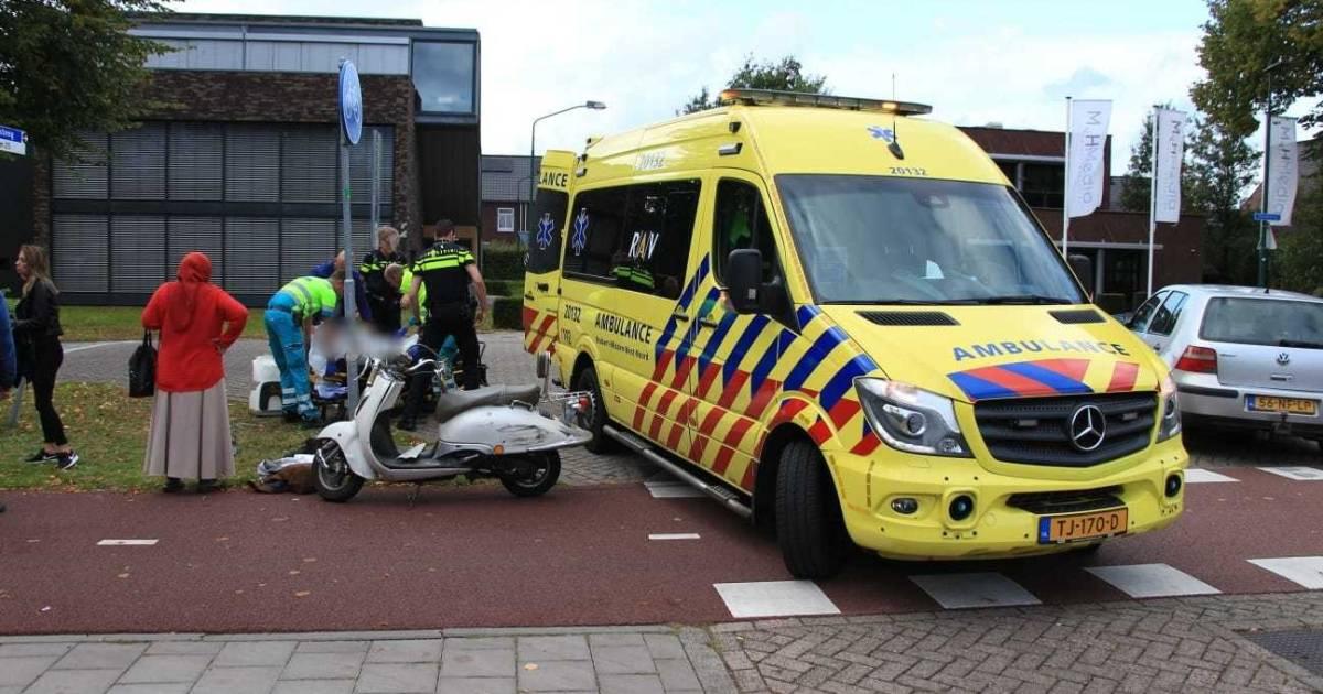 Automobilisten met spoed naar het ziekenhuis na botsing tegen boom.
