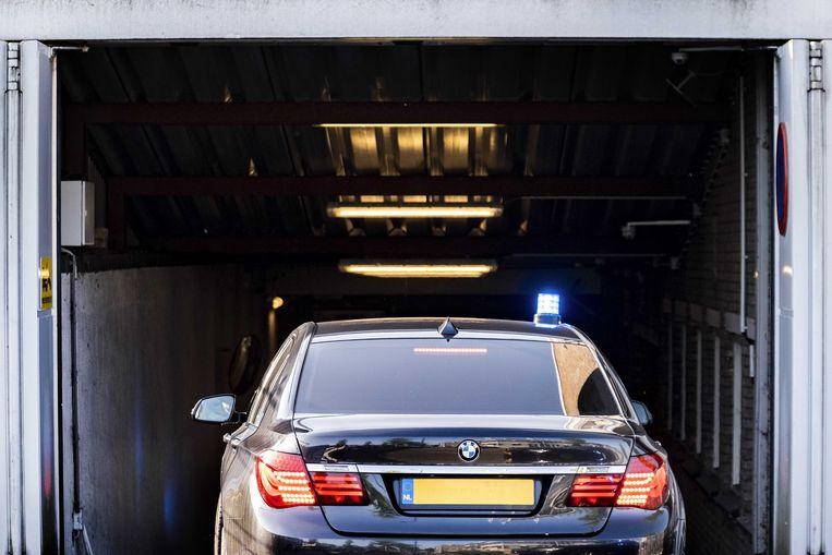 Een beveiligde auto arriveert bij de extra beveiligde gerechtsbunker in Amsterdam-Osdorp voor aanvang van de start van het verhoor van kroongetuige Tony de G. door de rechtbank in het omvangrijke liquidatieproces Eris. Beeld ANP