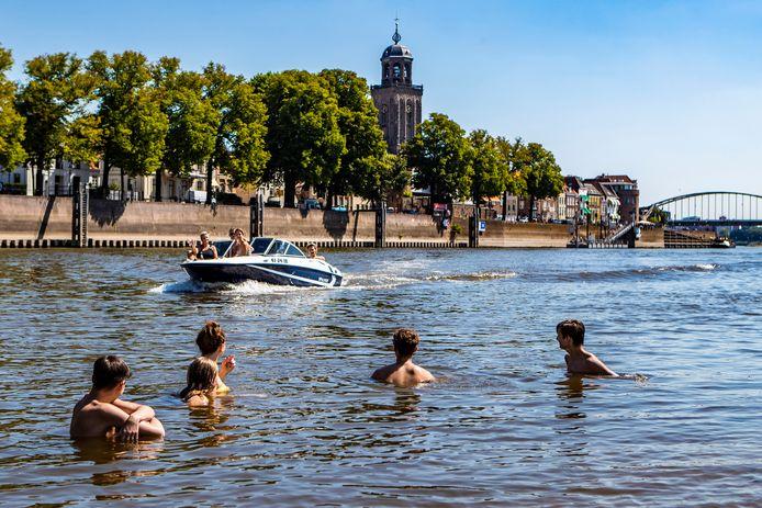 Zwemmers in de IJssel bij het Deventer plantsoen De Worp.