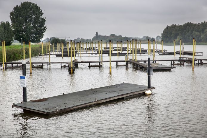 Jachthaven Hermenzeil, die de gemeente Raamsdonksveer in de strijd tegen ondermijning heeft aangekocht en nu weer in de verkoop gaat doen.  foto: ARIE KIEVIT