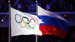 Russische atleten in grijs kostuum naar Winterspelen