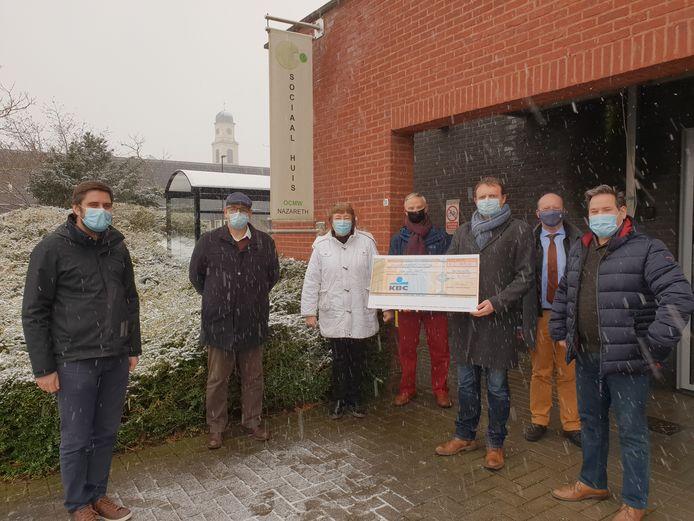De overhandiging van de cheque met een delegatie van het CD&V-bestuur en leden van vzw De Kruk.