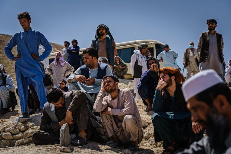Familieleden rouwen tijdens de begrafenis van een Afghaanse man, Abdul Raouf, die omkwam bij de aanslagen op de luchthaven van Kaboel. Beeld Photo News