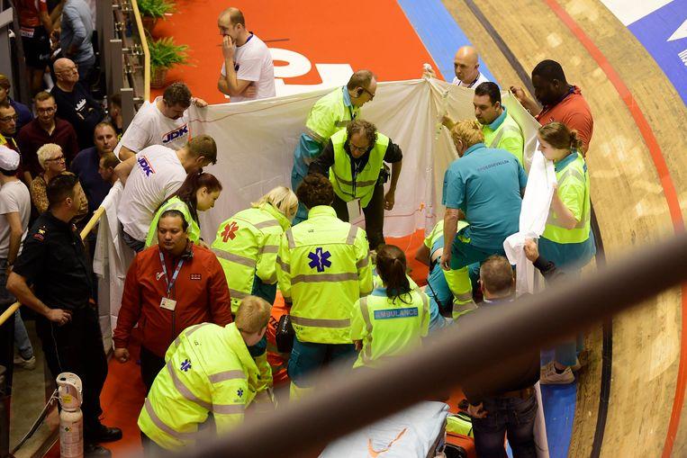 Na de val van Thijssen ging de nooddeur van de piste open, waarop een ziekenwagen en een MUG tot onder de piste reden, waar de jonge renner minutenlang verzorgd werd.  Beeld Photo News
