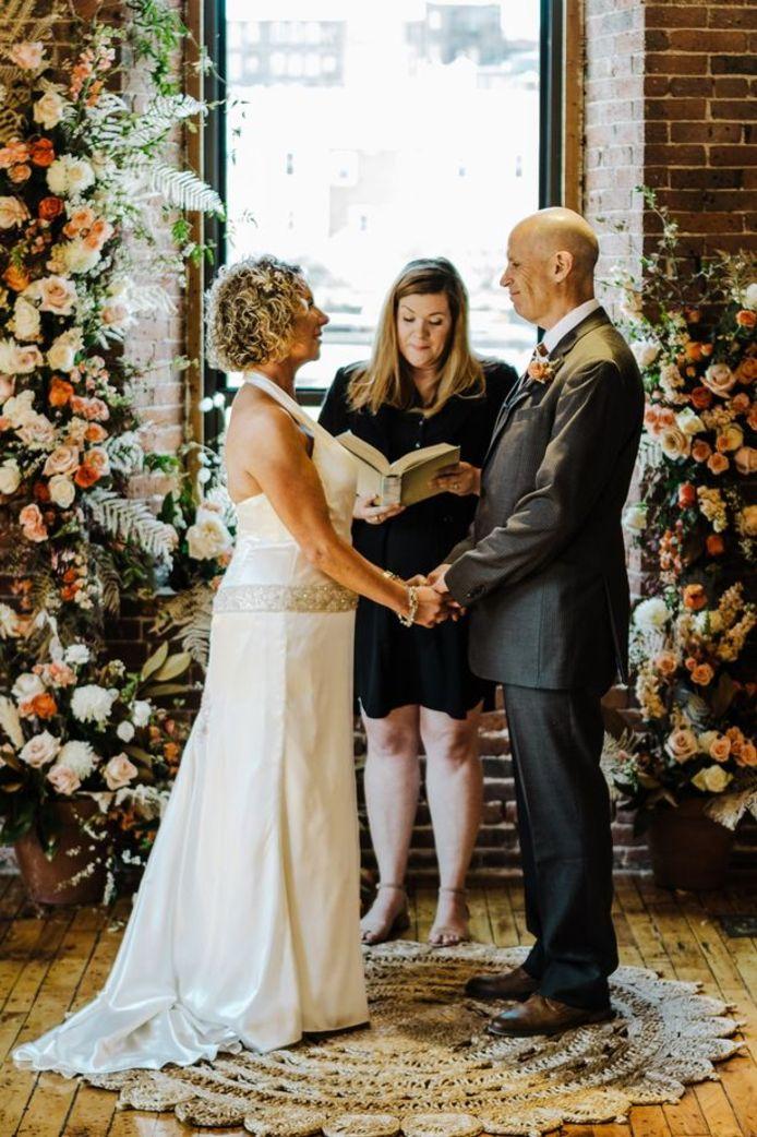 Lisa en Peter tijdens de hernieuwing van hun huwelijksgeloften.