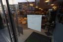 Een delicatessenwinkel aan de Kleine Berg in Eindhoven is zaterdagmiddag op last van de Eindhovense burgemeester Jorritsma gesloten. Dat gebeurde nadat er vrijdag aan het einde van de middag een mondkapjescontole totaal uit de hand liep.