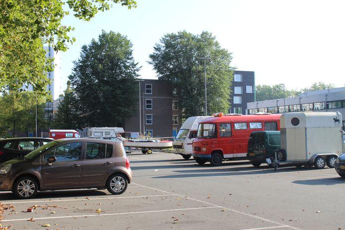 Op het parkeerterrein bij de Korvezeestraat staan opvallend veel campers en trailers. Bewoners uit Wippolder zetten de voertuigen hier neer omdat het gratis is.