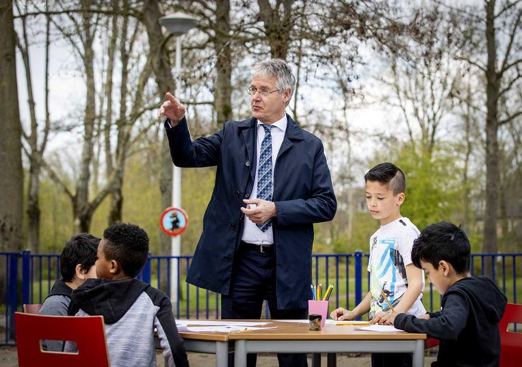 Minister Arie Slob van onderwijs bezocht maandag een basisschool waar sneltesten werden geleverd. Beeld ANP