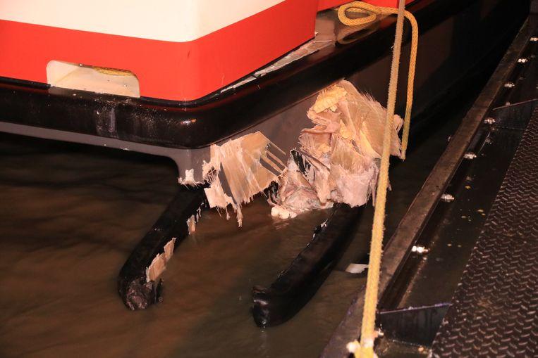 Er gaapte een groot gat in de romp en het vaartuig maakte licht slagzij.