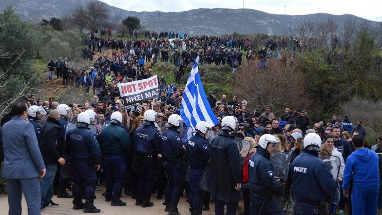 Protesten op Kos tegen de bouw van een hotspot voor de registratie van vluchtelingen. Beeld null