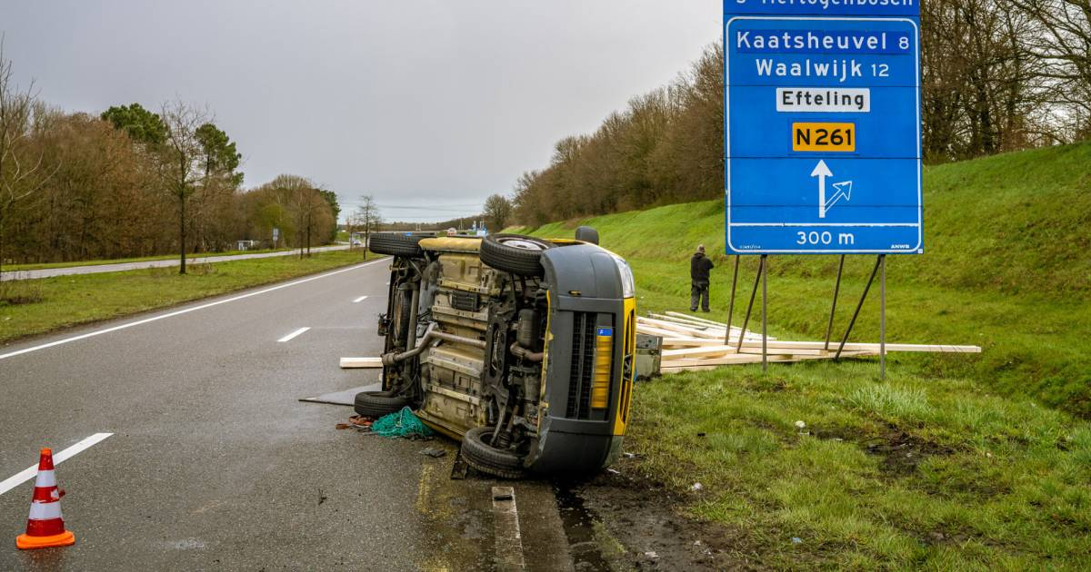 Meerdere ongelukken op Midden-Brabantweg door spekglad wegdek na flinke hagelbui.