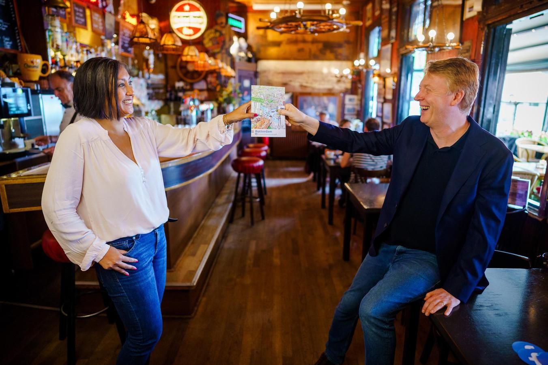 Directeur Arno Lubrun van Facebook Benelux Facebook overhandigt de Community City Guide Rotterdam aan een lokaal groepslid.