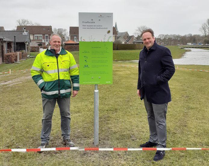 Wethouder Maarten Slingerland (rechts) heeft met Johannes van Huizen van ROVA het bord aan De Koppel geplaatst.