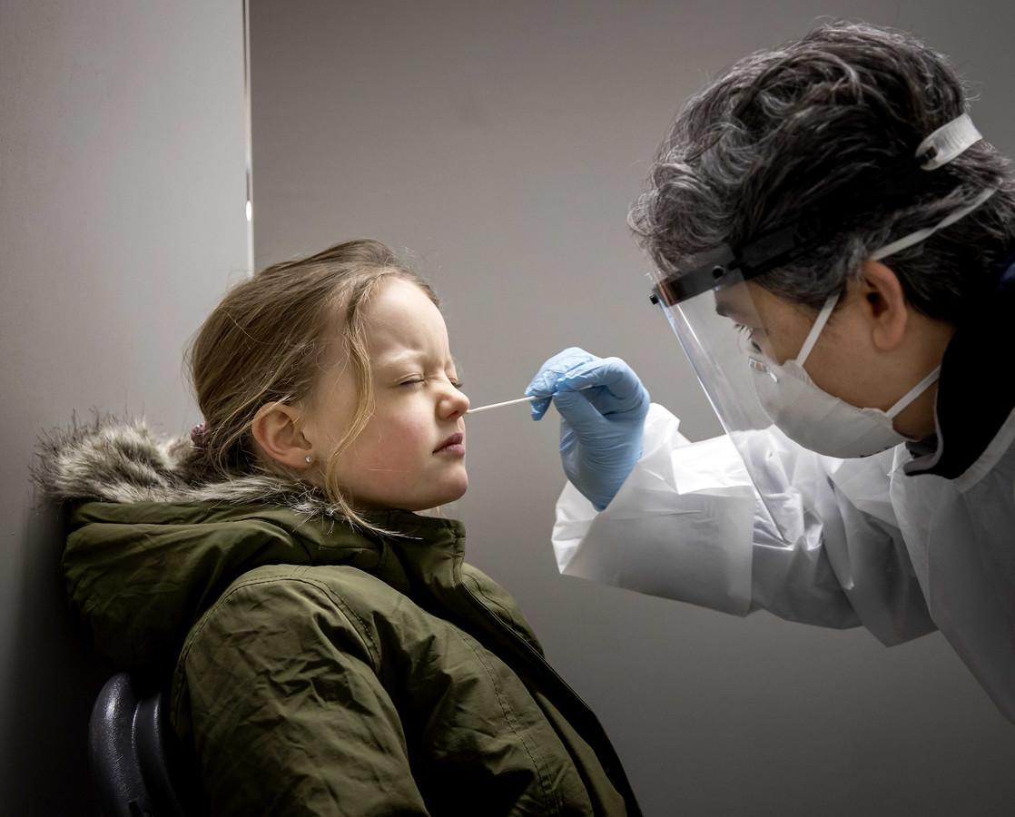 Een meisjes uit de gemeente Lansingerland wordt getest op het coronavirus.