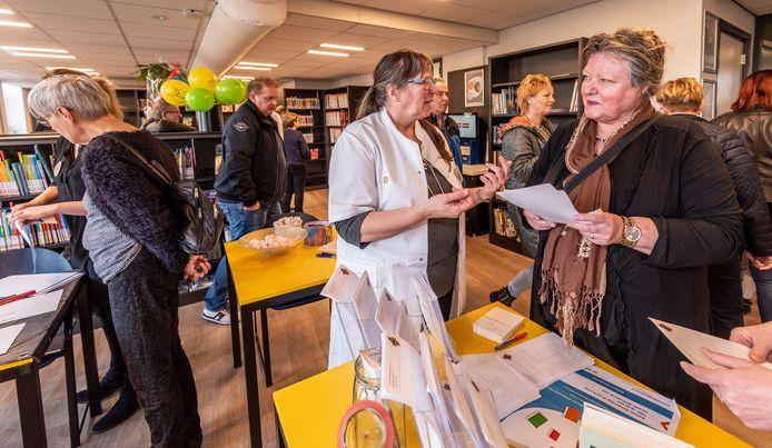 In de nieuwe bieb in de De Snoeck helpt 'boekapotheker' Rianne Vermeulen bezoekers met het kiezen van een nieuw boek.
