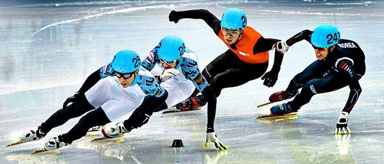 Ahn op kop in de finale van de 100 meter shorttrack, terwijl Sjinkie Knegt namens Nederland de derde plek weet te veroveren. Beeld Klaas Jan van der Weij / de Volkskrant