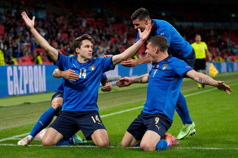 De Italianen vieren een doelpunt van Federico Chiesa tegen Oostenrijk. Beeld AFP