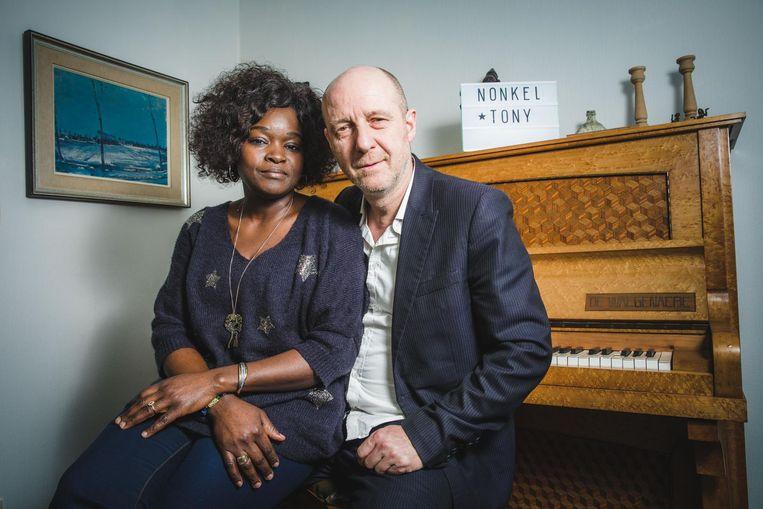 """Hans Van Cauwenberghe en zijn verloofde Yao Issifou. """"Dankzij haar warme stem wordt Vlaamse kleinkunst ineens wereldmuziek."""""""