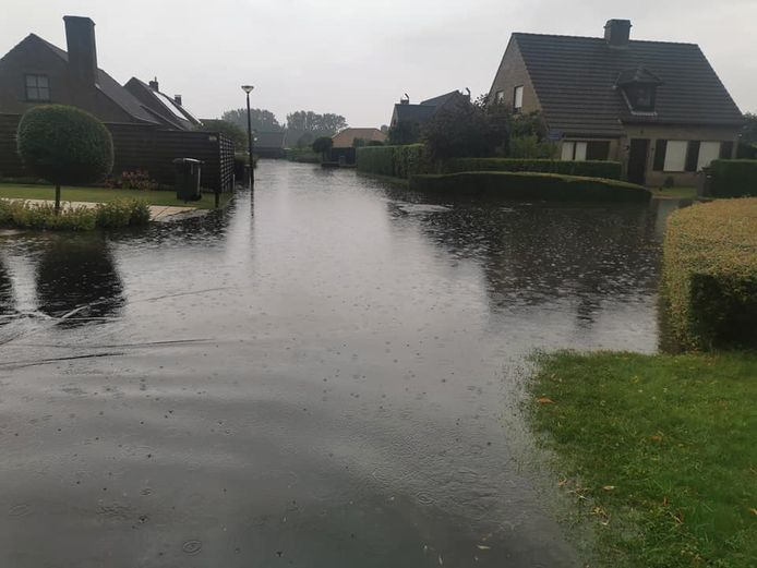 Verschillende straten in Nieuwpoort staan blank, zoals hier de Pemenhoek.