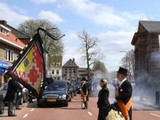 Overleden Clovenier Henk Emons voor de laatste keer naar de stadsgrens van Grave gebracht