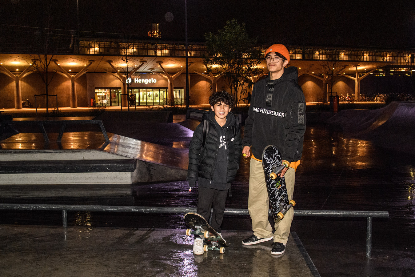 Arda (12 jaar, Almelo) en Rivanell (17 jaar, Hengelo) op de skatebaan. In hun hand een Chupa Chup, gekregen van Huub Roncken, die ze gekscherend 'De Lollydealer' noemen.