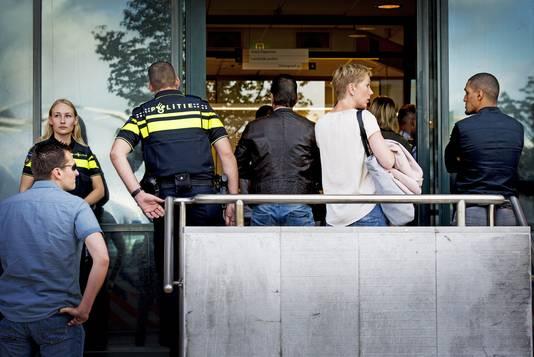 Belangstellenden komen aan bij de rechtbank in Rotterdam.