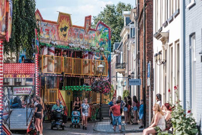 Het is al jaren passen en meten tijdens de kermis in het eeuwenoude centrum van Hanzestad Doesburg.