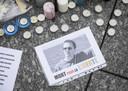 Na de gruwelijke moord wordt Samuel Paty herdacht met bloemen, kaarsen en foto's.