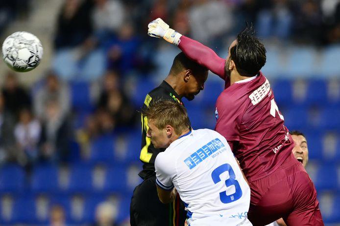 PEC Zwolle-keeper Kostas Lamprou zit mis in het duel met Sebastien Haller, waardoor de Ajax-spits de stand op 2-0 bracht