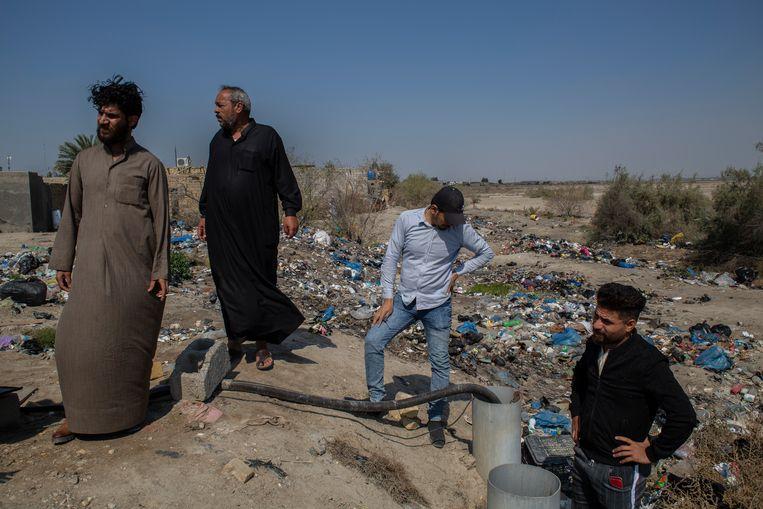 Mannen klagen over het gebrek aan water in de dorpen rond Ur. Beeld Hawre Khalid