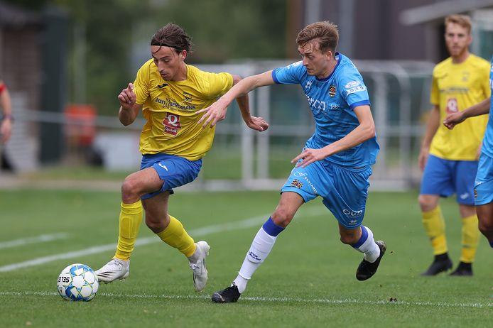 Een erg bedrijvige Toon Opdekamp (Termien) knokt zich voorbij de kort opzittende Jeroen Vanderheiden (Wellen). Termien won de derby tegen Wellen met 3-1.
