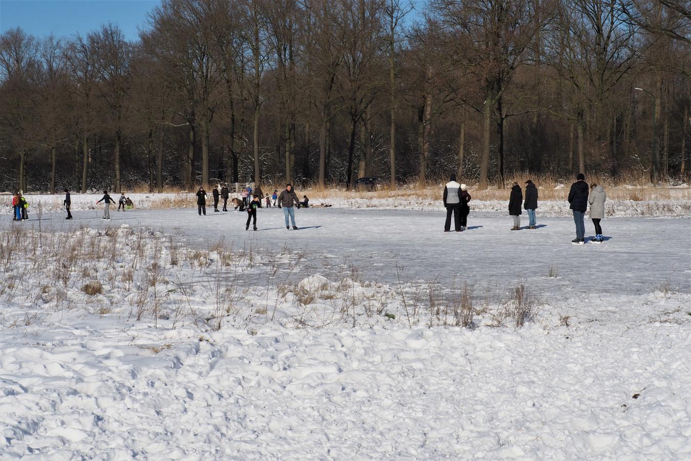 Leuke bijkomstigheid van een van de vele natuurprojecten van Groene Woud: op de Rouwbommel in Liempde schaatsen mensen uit het dorp met veel plezier op bevroren poelen.