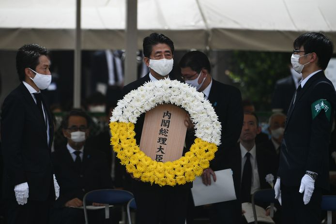 De Japanse premier Shinzo Abe legt een krans tijdens de herdenking van de atoombomaanval op Nagasaki, vandaag 75 jaar geleden.