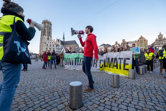 De klimaatmars vertrekt op de Grote Markt en trekt door de Bruul