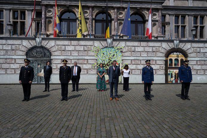 Op de Grote Markt hield burgemeester De Wever samen met zijn stadsbestuur en de korpscheffen van de politie en brandweer één minuut stilte voor de slachtoffers van de zondvloed.