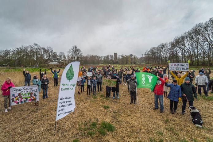 Buurtbewoners Pasgeld Delft-Rijswijk tijdens een eerdere protestactie tegen woningbouw in het natuurgebied.