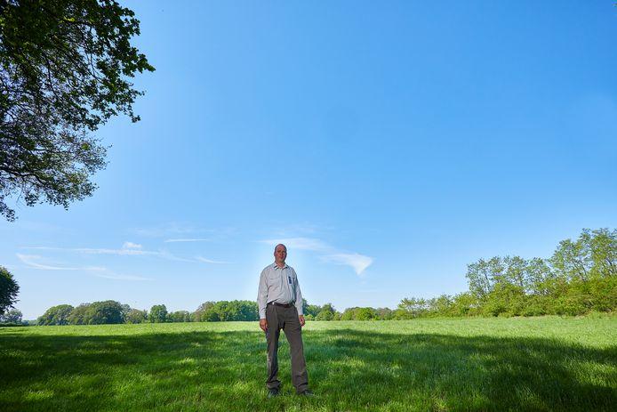 """Het landgoed Hackfort wordt deels opnieuw ingericht. Udo Hassefras, gebiedsmanager bij Natuurmonumenten, op de es waar eentonig gras greoit. Hassefras ziet dat graag anders. ,,Het liefst net als vroeger: akkerbouw op de hoger gelegen grond, gras in de lagere delen. En dan niet zo'n enorm perceel als hier, maar verdeeld in kleinere stukken."""""""