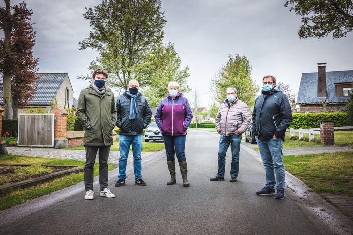 In totaal stelden zich maar liefst negen bewoners van de Vijverstraat burgerlijke partij tegen buurvrouw B.H. Een deel van hen ging op de foto.