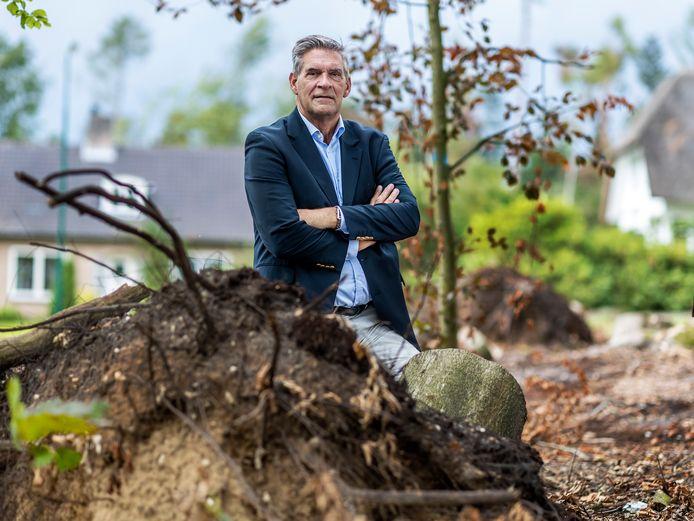 Burgemeester Frits Naafs bij het Galgenbos in Leersum-Noord, waar niets meer van over is.