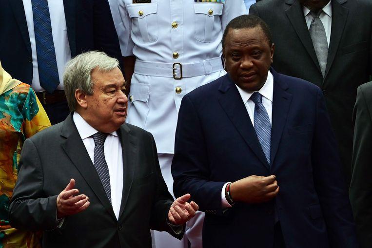 Guterres (links) donderdag in Nairobi met de president van Kenia, en gastheer van de top, Uhuru Kenyatta. Beeld AFP/Tony Karumba