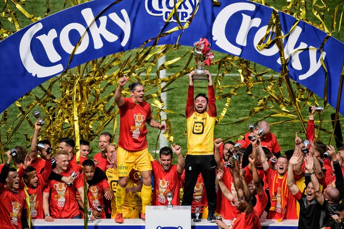 KV Mechelen viert het winnen van de Belgische beker.