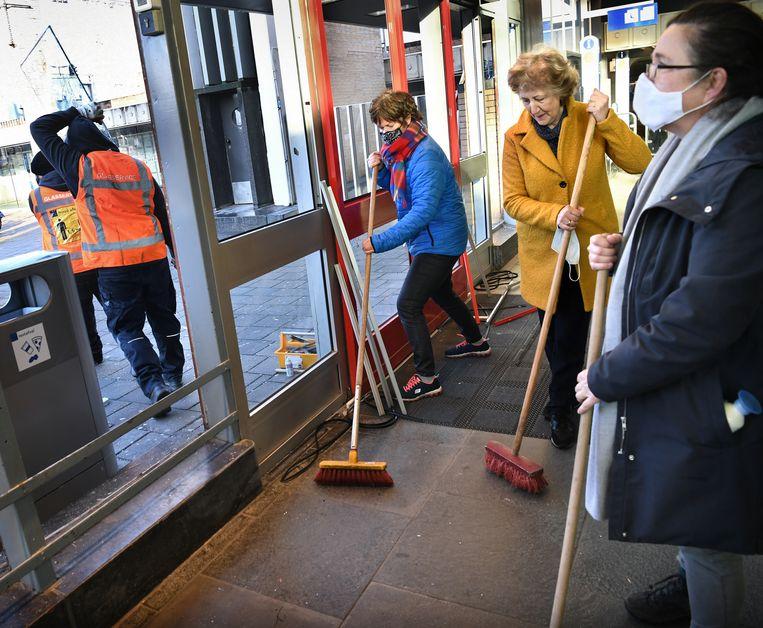 Eindhoven maakt de schade op na dag vol ongeregeldheden. Relschoppers hebben tonnen aan schade aangericht aan met name het Centraal Station. Vrijwilligers helpen op het station mee met opruimen. Beeld Marcel van den Bergh / de Volkskrant