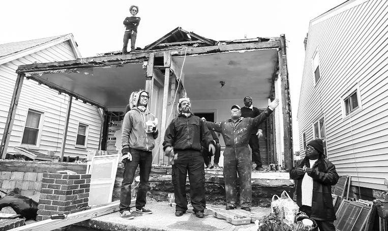 Het huis in Detroit met linksonder Ryan Mendoza. Beeld