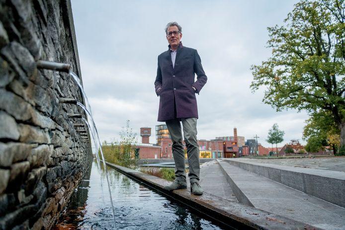 Watergraaf Stefan Kuks bij de Roombeek in Enschede.