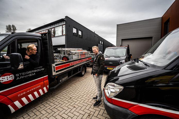Rick de Kleermaeker (naast de auto) bij zijn schilders- annex steigerbouwbedrijf op bedrijventerrein Het Broek.